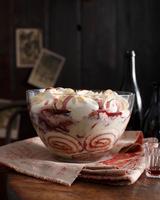Bistro dessert of port wine trifle on table 11015303206| 写真素材・ストックフォト・画像・イラスト素材|アマナイメージズ