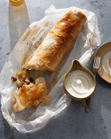Bistro dessert of apple strudel and cream on table 11015303207| 写真素材・ストックフォト・画像・イラスト素材|アマナイメージズ