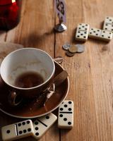 Empty coffee cup and dominoes on bistro table 11015303210| 写真素材・ストックフォト・画像・イラスト素材|アマナイメージズ