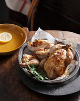 Bistro meal of roast chicken in a basket with parsley on table 11015303212| 写真素材・ストックフォト・画像・イラスト素材|アマナイメージズ
