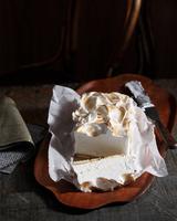 Bistro dessert of bombe alaska on table 11015303216| 写真素材・ストックフォト・画像・イラスト素材|アマナイメージズ