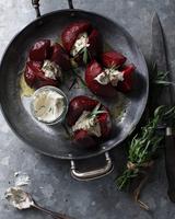 Bistro table with dish of whole beetroots, horseradish and tarragon 11015303227| 写真素材・ストックフォト・画像・イラスト素材|アマナイメージズ