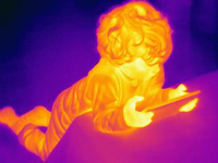 Thermal image of male toddler looking at digital tablet 11015303231| 写真素材・ストックフォト・画像・イラスト素材|アマナイメージズ