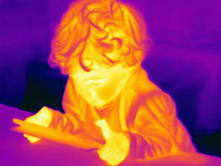 Thermal image of male toddler using digital tablet 11015303232| 写真素材・ストックフォト・画像・イラスト素材|アマナイメージズ
