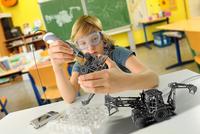 Boy with digital pen and 3D model of excavator in classroom 11015303390| 写真素材・ストックフォト・画像・イラスト素材|アマナイメージズ