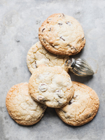 Overhead view of fresh cookies and Christmas bauble 11015303410| 写真素材・ストックフォト・画像・イラスト素材|アマナイメージズ