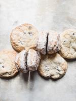Overhead view of fresh scones and cookies 11015303417| 写真素材・ストックフォト・画像・イラスト素材|アマナイメージズ