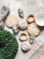Overhead view of silver Christmas baubles and fresh cookies and bagels 11015303418| 写真素材・ストックフォト・画像・イラスト素材|アマナイメージズ
