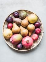 Overhead view of a bowl of fresh fruit 11015303424| 写真素材・ストックフォト・画像・イラスト素材|アマナイメージズ