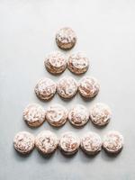Overhead view of fresh scones in triangle shape 11015303429| 写真素材・ストックフォト・画像・イラスト素材|アマナイメージズ