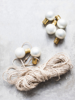 Overhead view of white Christmas baubles with string 11015303430| 写真素材・ストックフォト・画像・イラスト素材|アマナイメージズ