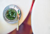 Overhead view of a glass of mint tea, Marrakech, Morocco 11015303522| 写真素材・ストックフォト・画像・イラスト素材|アマナイメージズ
