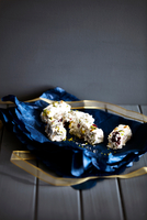 Dried fruit nougat in blue christmas wrapping paper on cake stand 11015303542| 写真素材・ストックフォト・画像・イラスト素材|アマナイメージズ