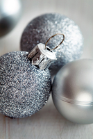 Glittery silver christmas baubles 11015303545| 写真素材・ストックフォト・画像・イラスト素材|アマナイメージズ