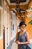 Woman exploring the alleys of China town, Singapore 11015303628| 写真素材・ストックフォト・画像・イラスト素材|アマナイメージズ