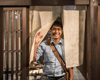 Man stands at door of traditional Japanese house 11015303674| 写真素材・ストックフォト・画像・イラスト素材|アマナイメージズ