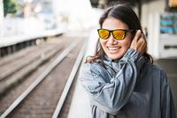Woman waiting for train, Kyoto, Japan 11015303676| 写真素材・ストックフォト・画像・イラスト素材|アマナイメージズ