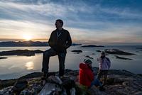 Group of people climbing a summit on Kvaloya Island in autumn, Arctic Norway 11015303692| 写真素材・ストックフォト・画像・イラスト素材|アマナイメージズ