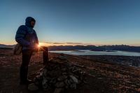 Man climbing a summit near Tromso in autumn, Arctic Norway 11015303695| 写真素材・ストックフォト・画像・イラスト素材|アマナイメージズ