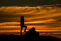 Woman climbing a summit near Tromso in autumn, Arctic Norway 11015303696| 写真素材・ストックフォト・画像・イラスト素材|アマナイメージズ