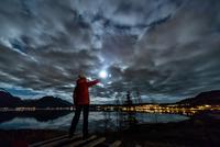 Woman with torch near Tromso in autumn, Arctic Norway 11015303699| 写真素材・ストックフォト・画像・イラスト素材|アマナイメージズ