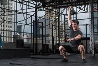 Man working out in rooftop gym, Asok, Bangkok, Thailand 11015303708| 写真素材・ストックフォト・画像・イラスト素材|アマナイメージズ