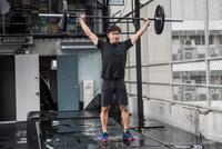 Man lifting barbell in rooftop gym, Asok, Bangkok, Thailand 11015303711| 写真素材・ストックフォト・画像・イラスト素材|アマナイメージズ
