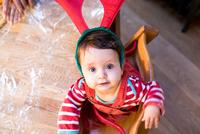 Portrait of baby boy wearing reindeer antlers 11015303752| 写真素材・ストックフォト・画像・イラスト素材|アマナイメージズ