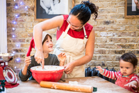Mother and son making Christmas cookies at home 11015303761| 写真素材・ストックフォト・画像・イラスト素材|アマナイメージズ