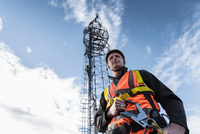 Transmission tower engineer with tower, low angle view 11015303812| 写真素材・ストックフォト・画像・イラスト素材|アマナイメージズ