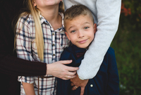 Cropped view of parents hugging brother and sister 11015304077  写真素材・ストックフォト・画像・イラスト素材 アマナイメージズ