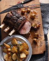 Roast beef with roast potatoes and onions 11015304107| 写真素材・ストックフォト・画像・イラスト素材|アマナイメージズ