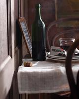 Bottle of red wine on table at restaurant 11015304109| 写真素材・ストックフォト・画像・イラスト素材|アマナイメージズ