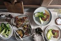 Lamp chops and rump steak with salad 11015304110| 写真素材・ストックフォト・画像・イラスト素材|アマナイメージズ