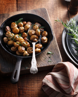 Tarragon button mushrooms in frying pan 11015304114| 写真素材・ストックフォト・画像・イラスト素材|アマナイメージズ
