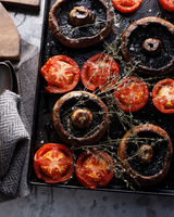 Baked mushrooms and tomatoes on baking tray 11015304121| 写真素材・ストックフォト・画像・イラスト素材|アマナイメージズ