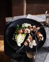 Pork kebab with chicory and creamy dressing 11015304122| 写真素材・ストックフォト・画像・イラスト素材|アマナイメージズ
