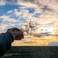 Man's hand holding ice against sky, Ural, Russia 11015304228| 写真素材・ストックフォト・画像・イラスト素材|アマナイメージズ