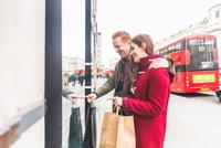 Couple window-shopping, London, UK 11015304238| 写真素材・ストックフォト・画像・イラスト素材|アマナイメージズ