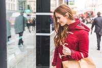 Woman window-shopping, London, UK 11015304239| 写真素材・ストックフォト・画像・イラスト素材|アマナイメージズ
