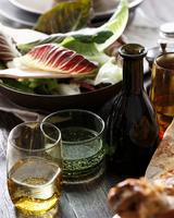 Salad and drinks on restaurant table, close-up 11015304330| 写真素材・ストックフォト・画像・イラスト素材|アマナイメージズ