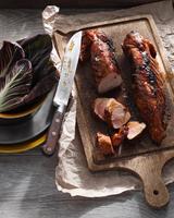 Pork loin with maple glaze on chopping board 11015304340| 写真素材・ストックフォト・画像・イラスト素材|アマナイメージズ
