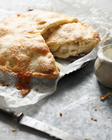 Apple cheddar pie with double cream, close-up 11015304350| 写真素材・ストックフォト・画像・イラスト素材|アマナイメージズ