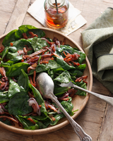 Spinach and bacon salad with red wine vinaigrette, close-up 11015304352| 写真素材・ストックフォト・画像・イラスト素材|アマナイメージズ