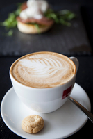 Cup of cappuccino with biscuit on table 11015304476| 写真素材・ストックフォト・画像・イラスト素材|アマナイメージズ