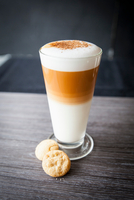 Glasses of latte macchiato and biscuits on table 11015304477| 写真素材・ストックフォト・画像・イラスト素材|アマナイメージズ