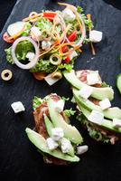 Meat, feta and avocado open sandwiches with salad on slate 11015304481| 写真素材・ストックフォト・画像・イラスト素材|アマナイメージズ