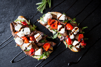 Meat, feta and tomato open sandwiches with sauce garnish on slate 11015304488| 写真素材・ストックフォト・画像・イラスト素材|アマナイメージズ