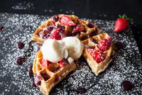 Strawberries and ice cream waffle on slate sprinkled with icing sugar 11015304508| 写真素材・ストックフォト・画像・イラスト素材|アマナイメージズ