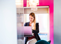 Businesswoman typing on laptop in office 11015304519| 写真素材・ストックフォト・画像・イラスト素材|アマナイメージズ